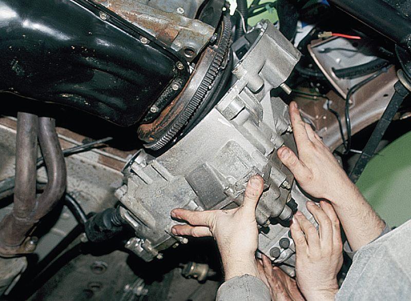 Отводим коробку передач от двигателя ваз 2112 и снимаем ее