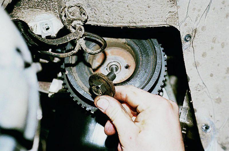 Фото №19 - в какую сторону открутить болт шкива коленвала ВАЗ 2110
